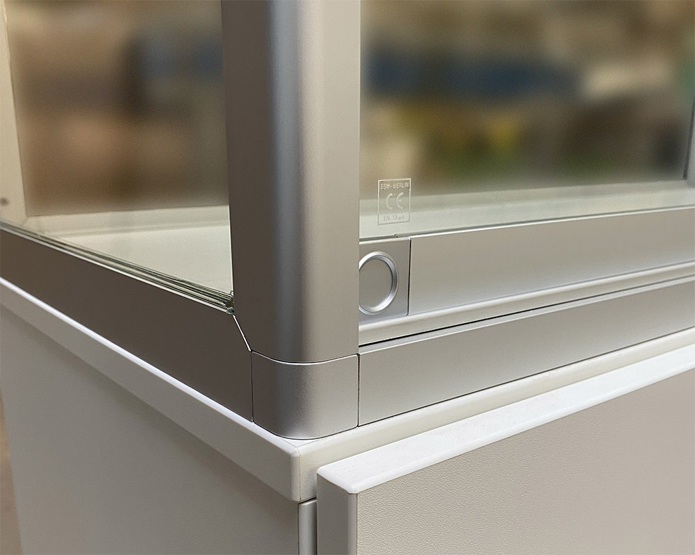 Vitrine mit Unterschrank, Alu-Rahmen und Glas, Ecke